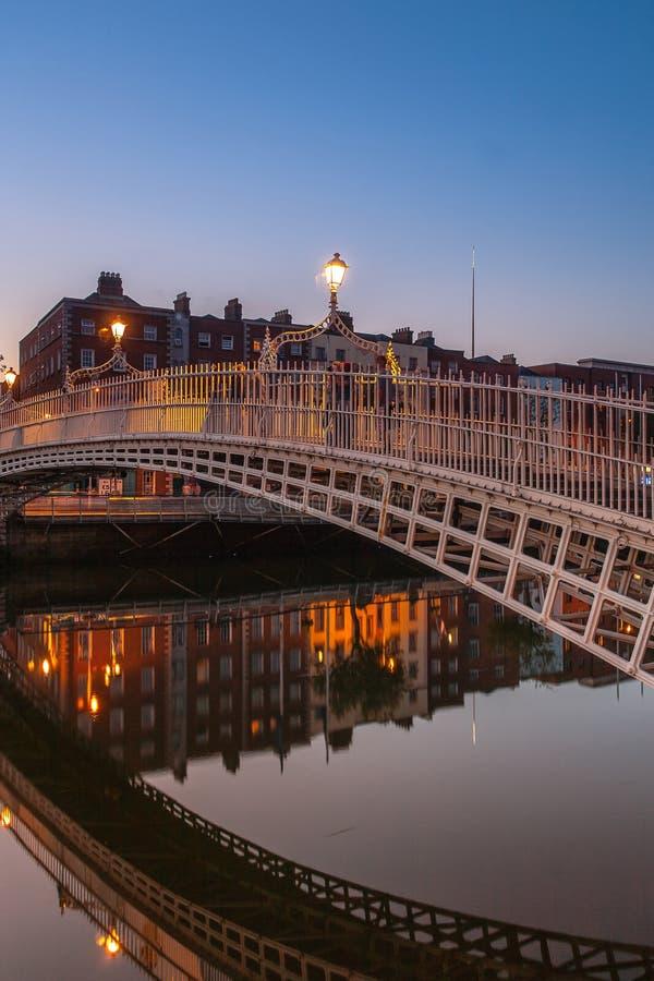 Reflexão perfeita da ponte do halfpenny imagem de stock