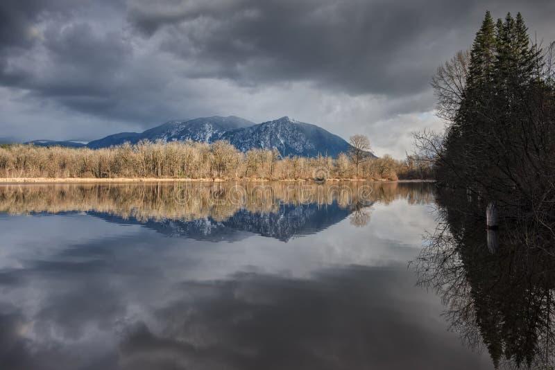 Reflexão perfeita das montanhas e das árvores no lago fotos de stock