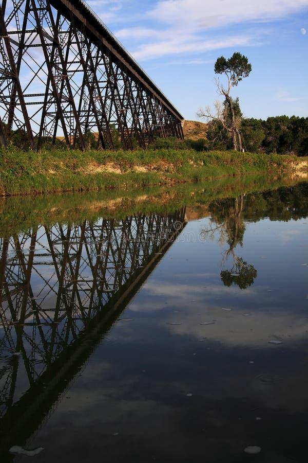 Reflexão preguiçosa do cavalete do trem do rio fotografia de stock royalty free