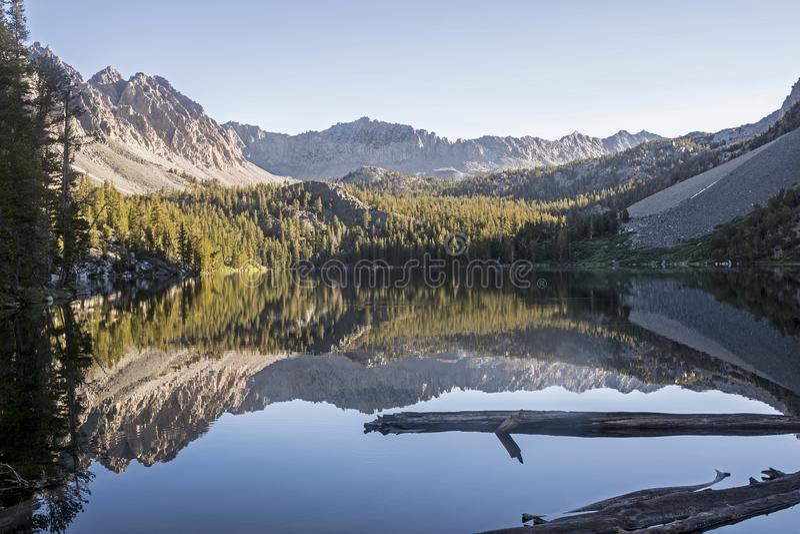 Reflexão roxa do nascer do sol do lago, John Muir Wilderness, Califórnia fotos de stock royalty free