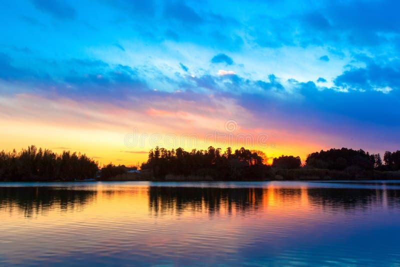 Reflexão surpreendente do céu do por do sol no rio foto de stock royalty free