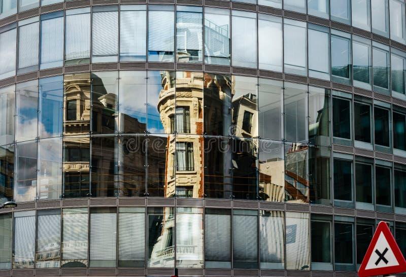 Reflexões abstratas na parede de vidro grande da construção moderna, alta imagens de stock