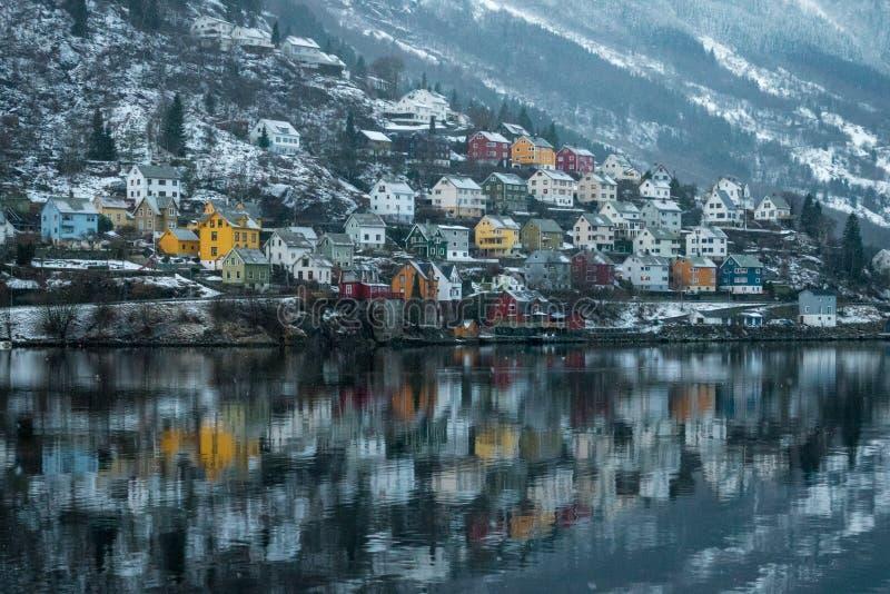 Reflexões coloridas das casas do fiorde de Odda Noruega imagens de stock royalty free
