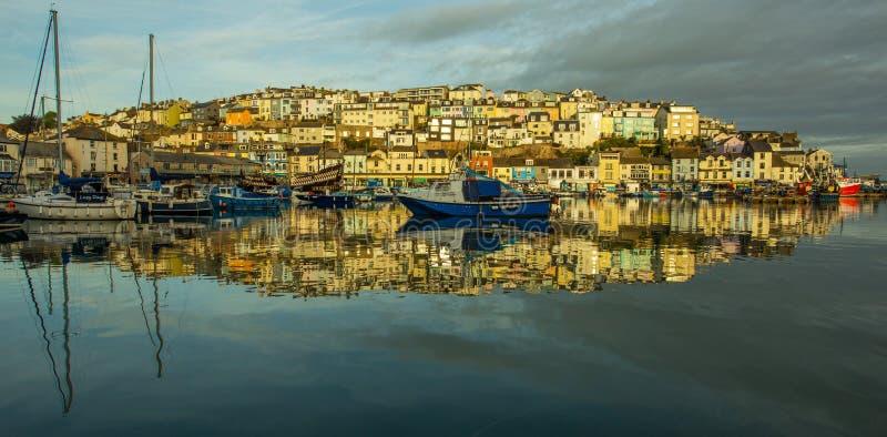 Reflexões da água do nascer do sol da cidade da costa fotografia de stock