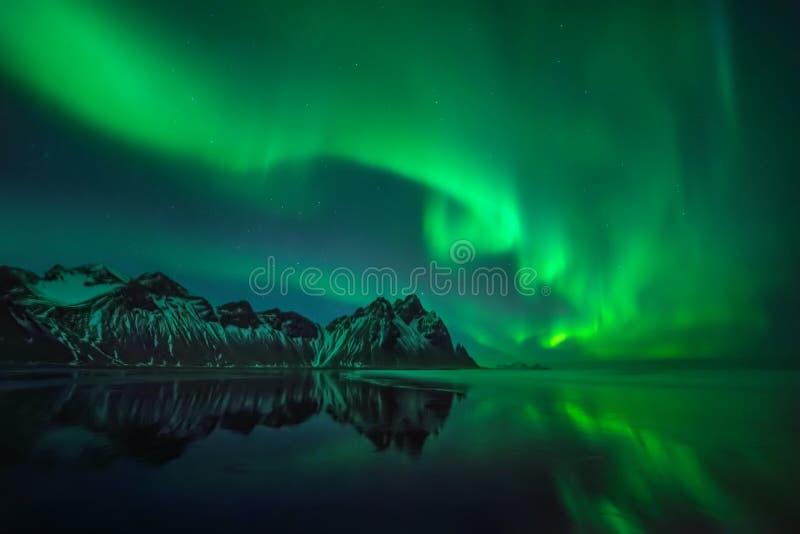Reflexões da Aurora de Stokksnes imagem de stock royalty free
