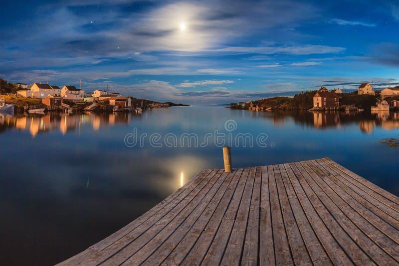 Reflexões da meia-noite da lua sobre ilhas da mudança, Terra Nova imagem de stock
