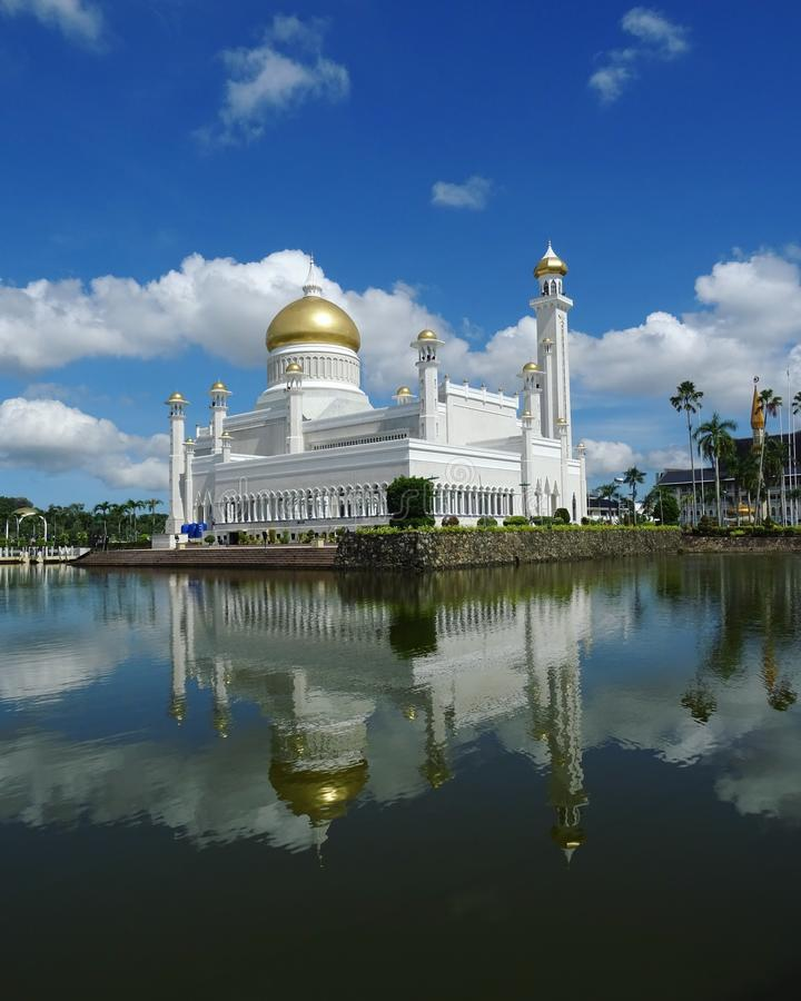 Reflexões da mesquita de Masjid Omar Ali Saifuddien, Brunei Darussalam fotografia de stock royalty free