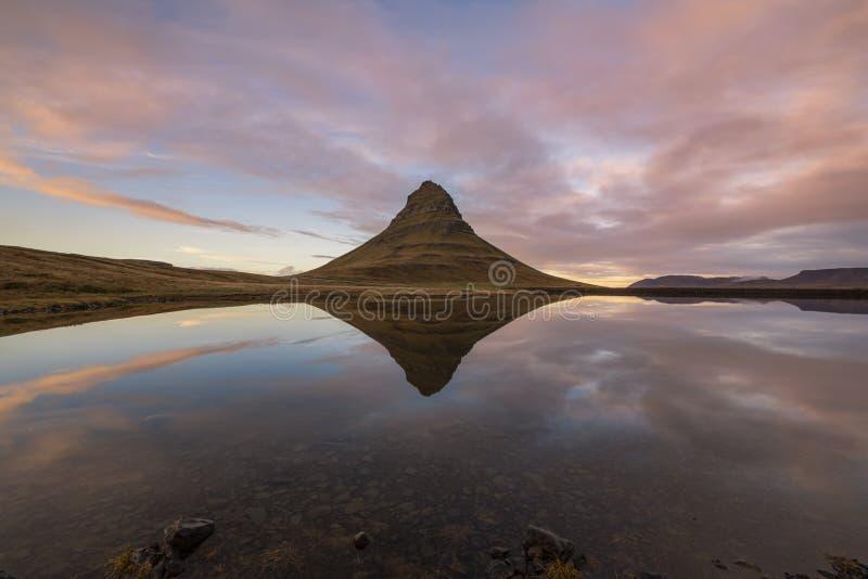Reflexões da montanha da igreja no por do sol foto de stock
