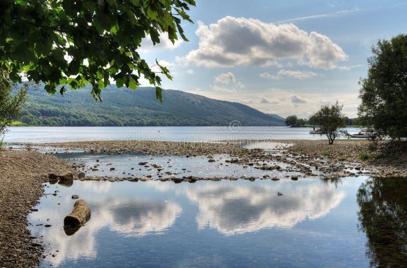 Reflexões da nuvem na água de Coniston fotografia de stock royalty free