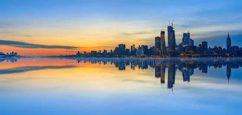 Reflexões da skyline de New York City no nascer do sol fotos de stock