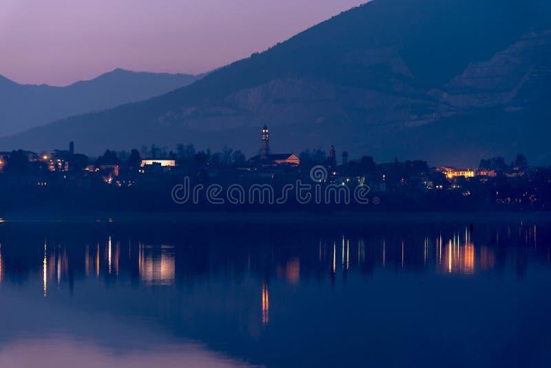 Reflexões das luzes da noite no lago fotografia de stock