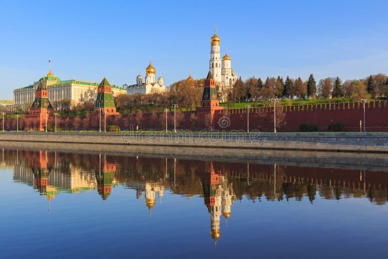 Reflexões de construções do Kremlin de Moscou na superfície da água do rio de Moskva na manhã ensolarada da mola imagens de stock royalty free