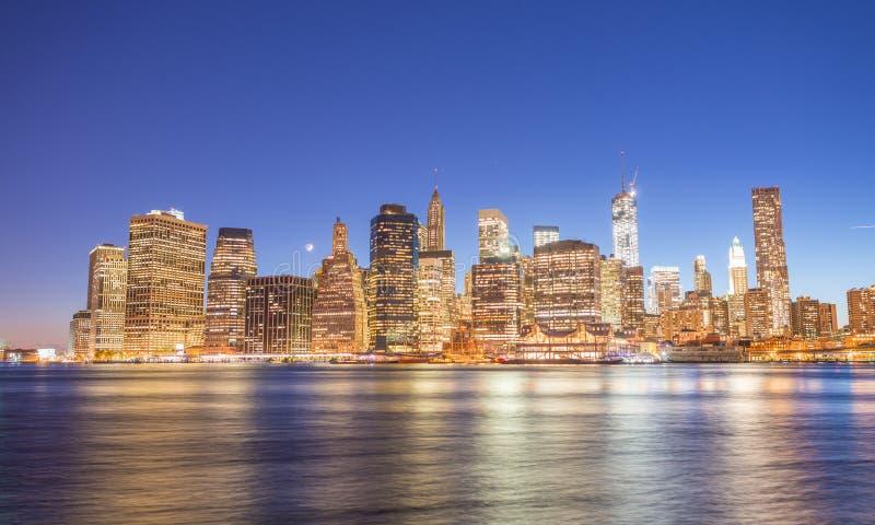 Reflexões de East River do Lower Manhattan no por do sol - New York City imagem de stock royalty free