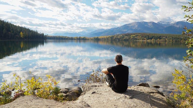 Reflexões de espelho no lago pyramid no parque nacional de Banff, Canadá fotos de stock royalty free