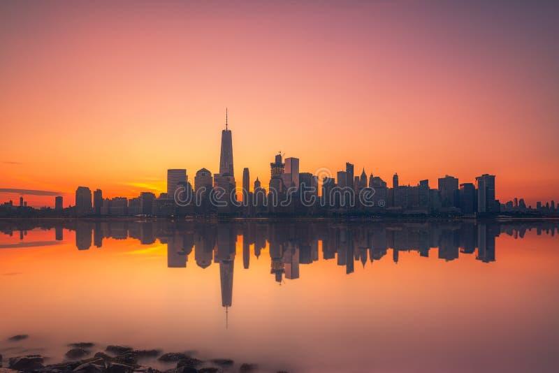 Reflexões de Manhattan em Hudson River fotografia de stock royalty free