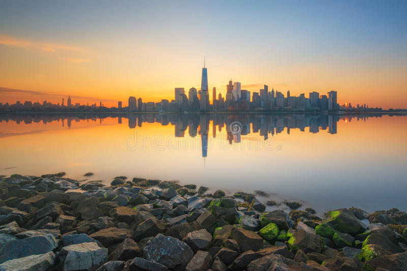 Reflexões de Manhattan no Hudson no nascer do sol fotografia de stock royalty free