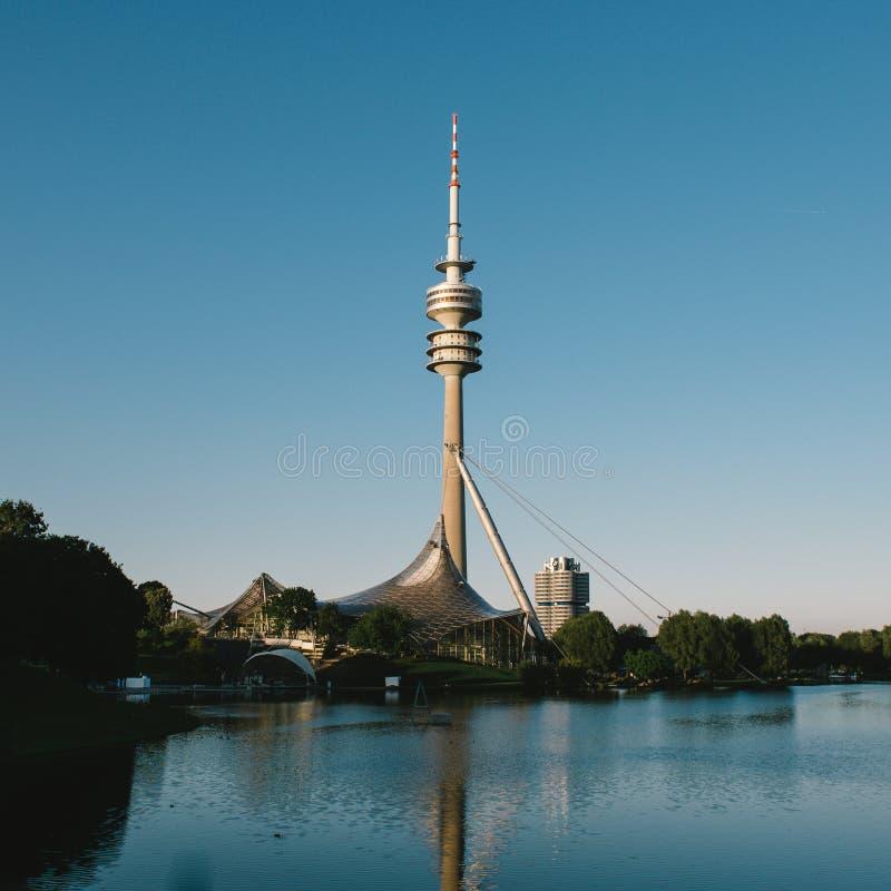 Reflexões de Olympia Park Tower Munich imagens de stock royalty free