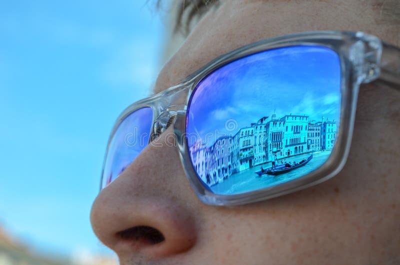 Reflexões de Veneza nos óculos de sol fotos de stock