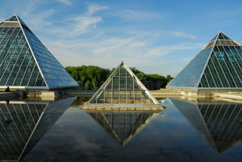 reflexões do céu e do edifício imagens de stock royalty free
