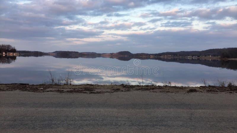 Reflexões do céu do lago wisconsin imagem de stock