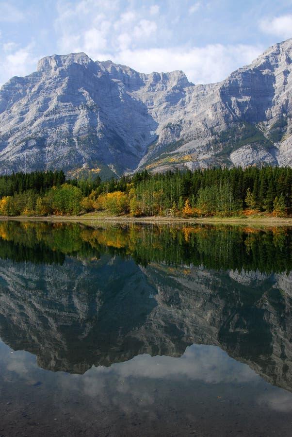 Reflexões do lago e da montanha fotos de stock royalty free