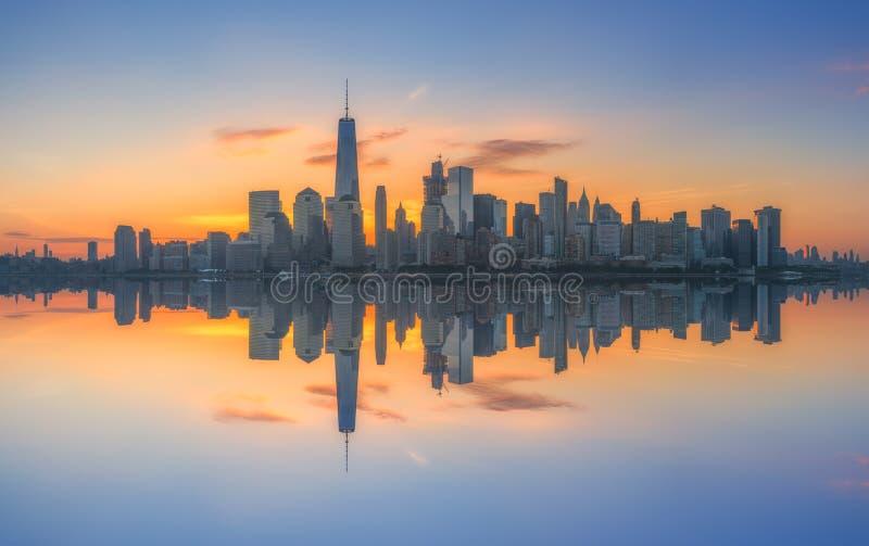 Reflexões do nascer do sol de New York City imagem de stock