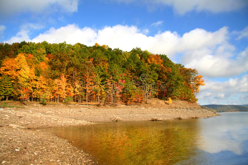 Download Reflexões do outono foto de stock. Imagem de queda, calma - 26511614