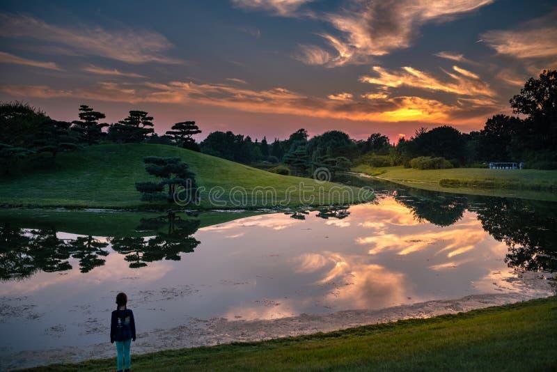 Reflexões do por do sol no lago fotografia de stock