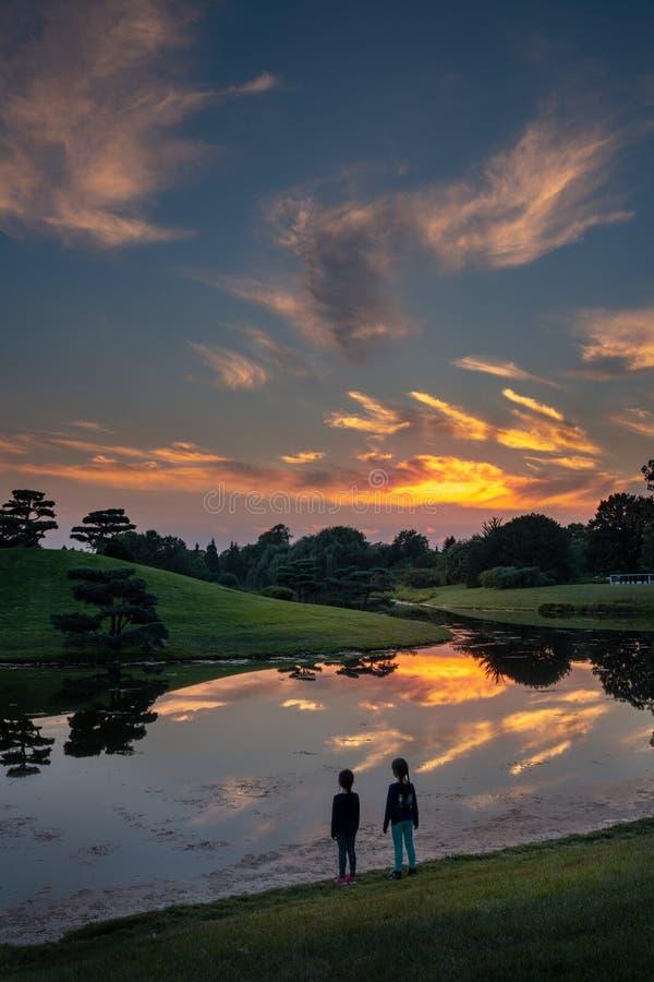 Reflexões do por do sol no lago fotografia de stock royalty free