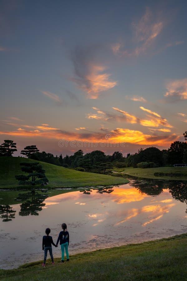 Reflexões do por do sol no lago imagens de stock