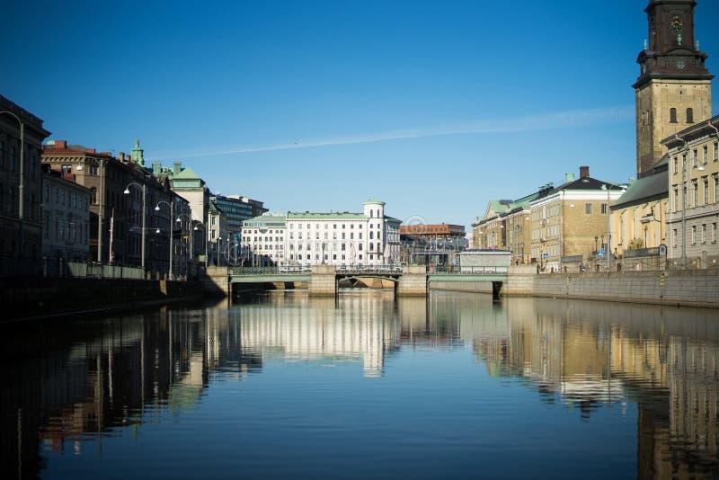 Reflexões do rio de Gothenburg através da cidade com construções históricas fotos de stock