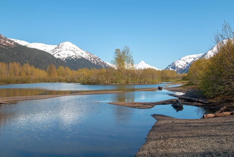 Reflexões do Sandbar e da montanha no pantanal dos planos dos alces e na angra de Portage no braço de Turnagain perto de Anchorag imagens de stock royalty free