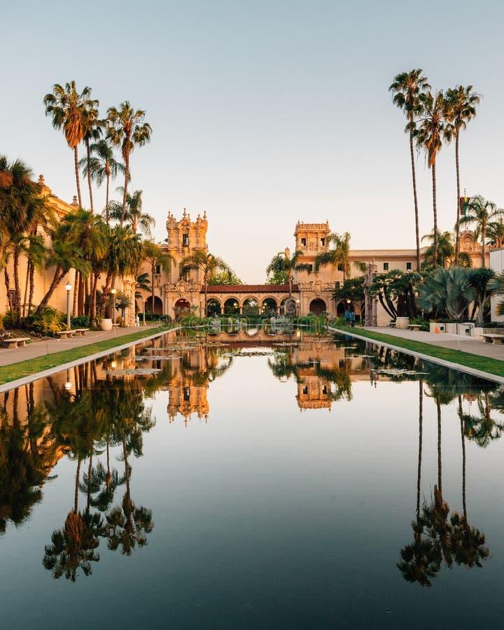Reflexões em Lily Pond e arquitetura histórica no parque do balboa, em San Diego, Califórnia foto de stock