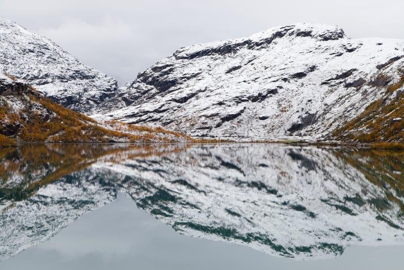 Reflexões geladas no lago Bovertunvatnet imagem de stock royalty free