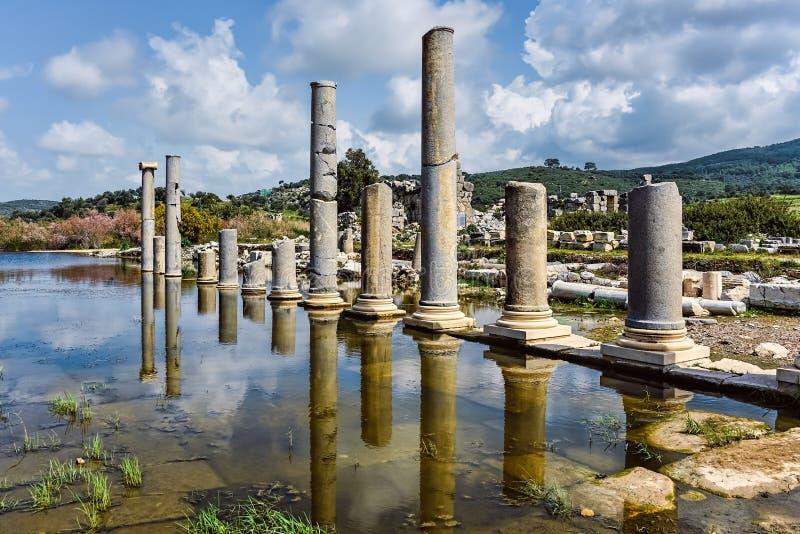 Reflexões históricas das colunas em uma cidade antiga imagem de stock