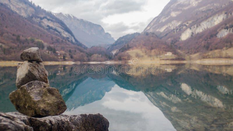 Reflexões: lago e pedras imagens de stock