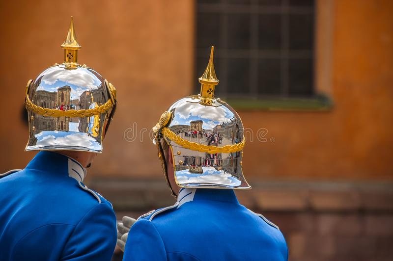 Reflexões - mudança da cerimônia do protetor, Royal Palace, Stockho foto de stock