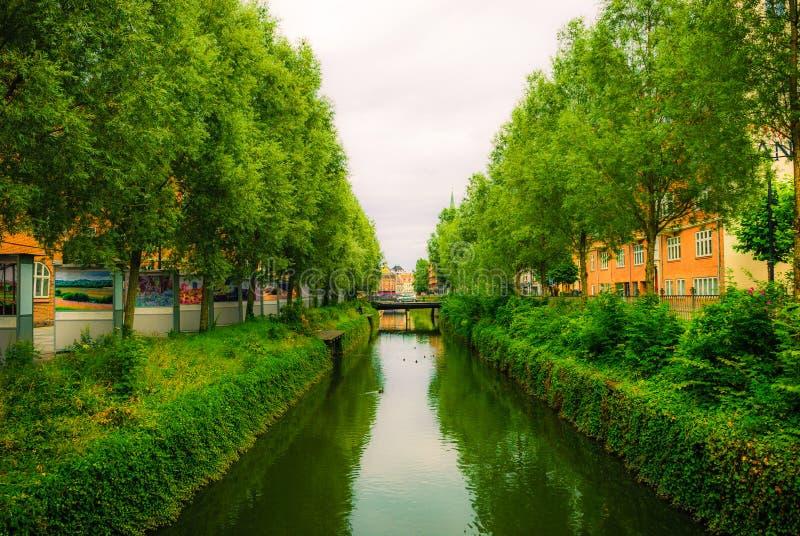 Reflexões no canal em Aarhus do centro, exposição da fotografia da rua fotos de stock
