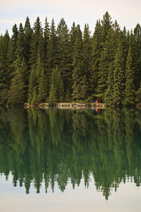 Reflexões no lago Beaufort nas Montanhas Rochosas canadenses imagem de stock