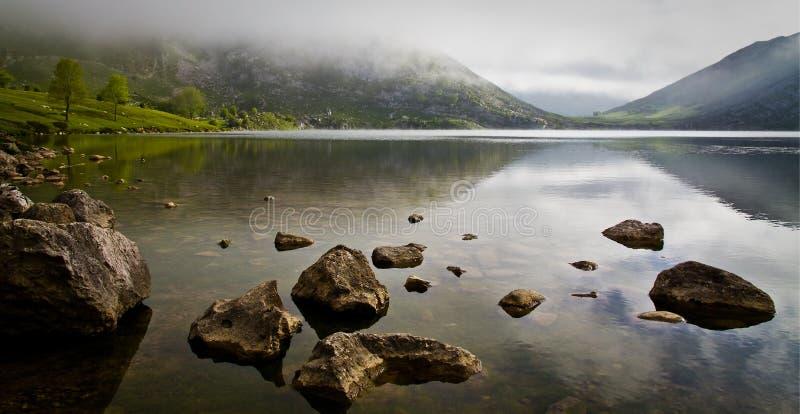 Reflexões no lago Enol fotografia de stock royalty free