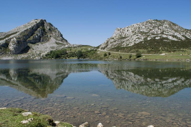 Reflexões no lago Enol imagens de stock