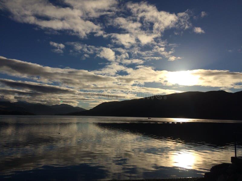 Reflexões no porto Escócia de Ullapool imagem de stock royalty free