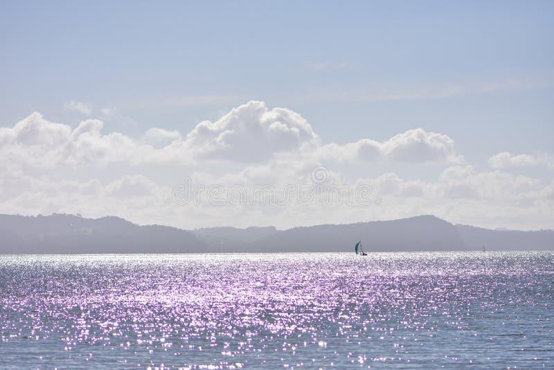 Reflexões roxas e violetas na superfície do mar fotos de stock royalty free