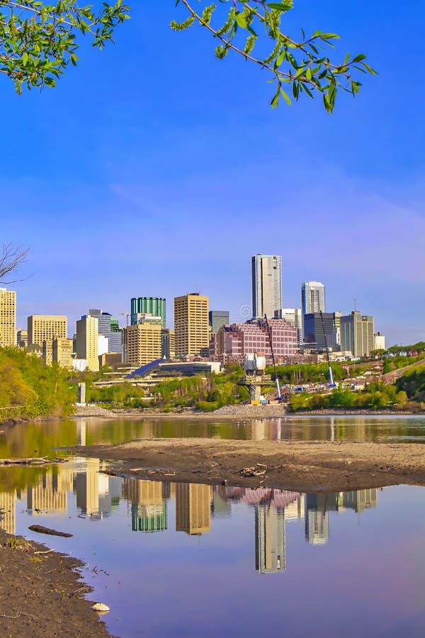 Reflexões vívidas da cidade de Edmonton imagens de stock