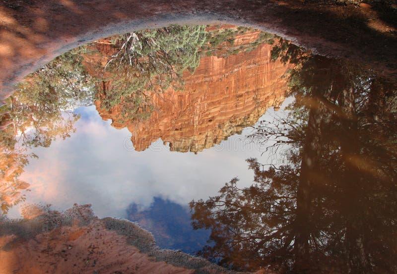 Reflexões vermelhas da rocha foto de stock royalty free