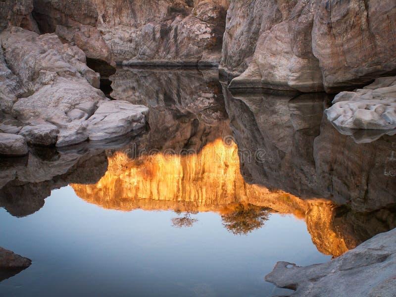 Reflexões vermelhas da rocha em Mina Clavero foto de stock