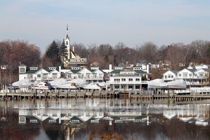 Reflexões Whitehall Michigan da beira do lago fotos de stock