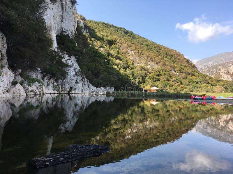 Reflex i en sjö i Sardinia royaltyfria bilder