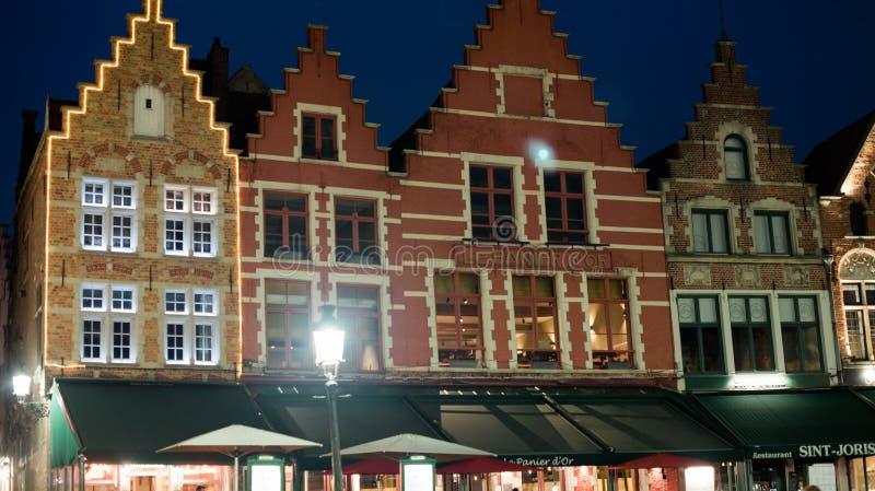 Reflex?o das luzes da noite da cidade em Europa B?lgica Bruges fotografia de stock