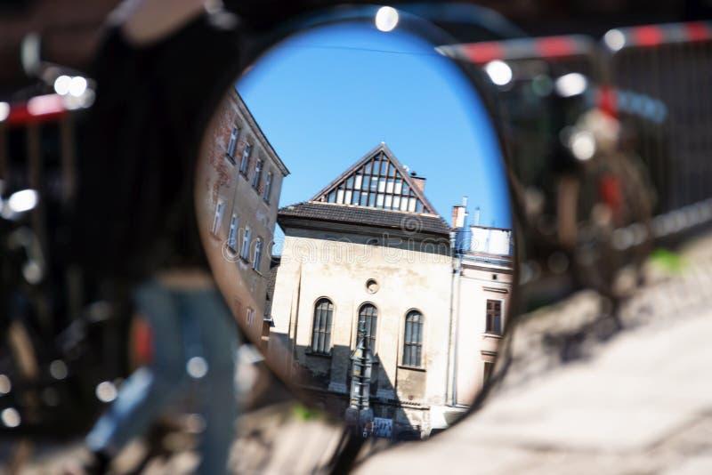 Reflex?o de espelho de uma entrada da casa da quinta Distrito judaico de Kazimierz em Krakow, sinagoga alta Foto borrada para o f imagens de stock royalty free